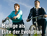 Molliges Paar fährt Rad