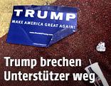Kaputtes Trump-Plakat liegt auf dem Boden