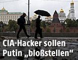 Zwei Passanten vor dem Hintergrund des Moskauer Kremls