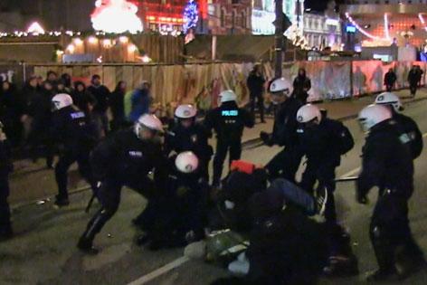 Straßenschlacht in St. Pauli in Hamburg