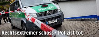 Polizeifahrzeug hinter einem Absperrband