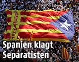 Katalanische Flagge über Menschenmassen