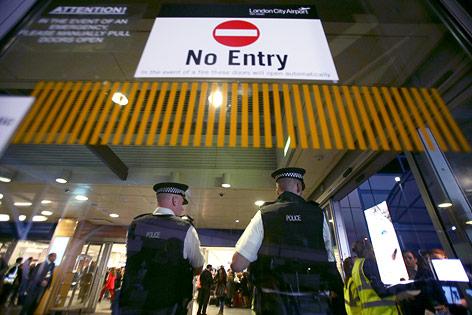 Polizisten vor dem gesperrten Eingang zum Flughafen in London