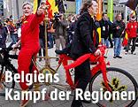 Eine rot-  und eine schwarzgekleidete Person sitzen auf einem Fahrrad in entgegengesetzter Richtung