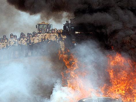 Sicherheitskräfte bei Protesten gegen Pipeline