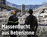Rettungskräfte vor zerstörten Gebäuden