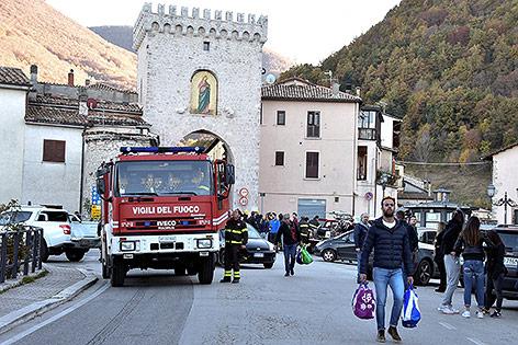 Menschen werden in Leonessa in Sicherheit gebracht
