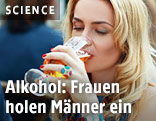 Eine Frau trinkt ein Glas Bier