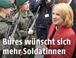 Doris Bures neben Soldatinnen