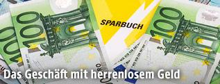Sparbuch mit Euro-Scheinen