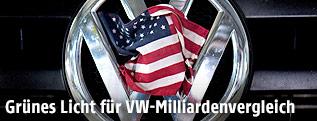 US-Flagge auf einem VW-Logo