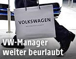 """Eine Person trägt eine Tasche mit der Aufschrift """"Volkswagen"""""""
