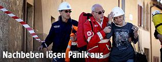 Rettungskräfte helfen einer Frau