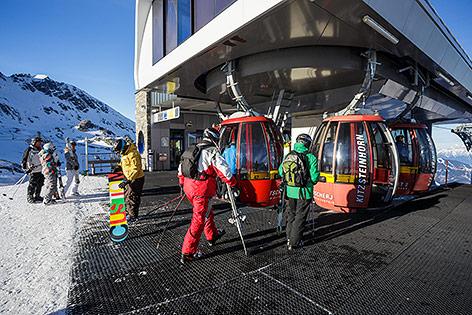 Skifahrer beim Einsteigen in eine Gondel