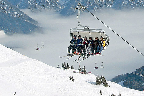 Skifahrer auf einem Sessellift in Saalbach