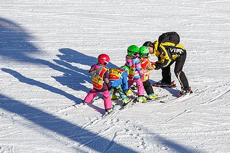 Kleine Kinder in einer Skigruppe