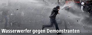 Türkische Polizei setzt Wasserwerfer gegen Demonstranten in Istanbul ein