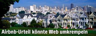 Holzhäuser vor der Skyline von San Francisco