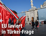 Mann verkauf t türkische Fahnen in Istanbul