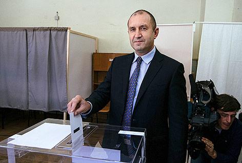 Der russlandfreundliche Kandidat der Opposition, Ex-General Rumen Radew, bei seiner Stimmabgabe