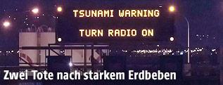 Tsunami-Warnug auf einer Überkopfanzeige auf dem State-Highway-1 in Wellington