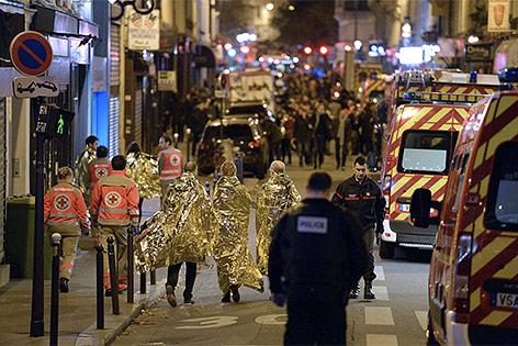 Einsatzkräfte in der Nähe der Konzerthalle Bataclan