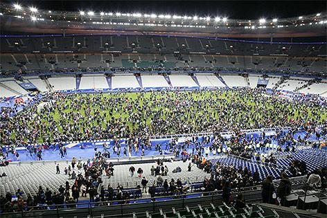 Menschen am Spielfeld des Stade de France in Paris