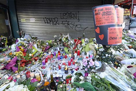 """Blumen und Kerzen vor dem Restaurant """"La Belle Equipe"""""""