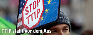 "Demonstrant mit ""Stop TTIP"" Schild"