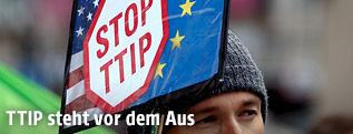 """Demonstrant mit """"Stop TTIP"""" Schild"""