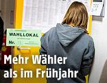 Junge Frau in einem Wahllokal