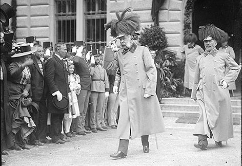 Der Kaiser verläßt nach den Empfängen das Regierungsgebäude in Sarajewo, 1910