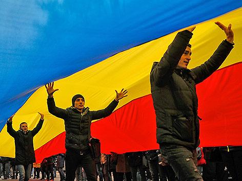 Protestierende unter einer moldawischen Flagge