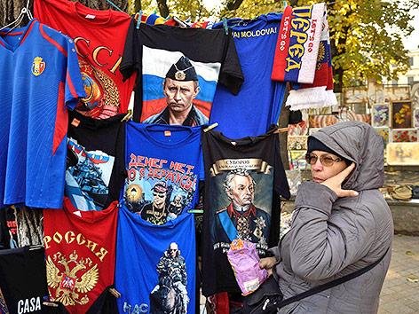 Eine Frau verkauft T-Shirts