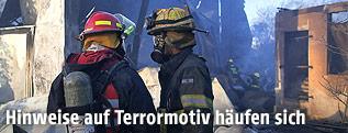 Israelische Feuerwehreinsatzkräfte bei Löscharbeiten