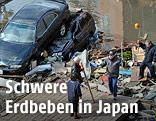 Zerstörte Autos und Trümmer nach dem Erdbeben in Japan, 2011