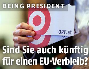ORF.at-Chefredakteur hält Fragekärtchen