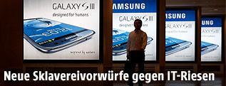Silhouette vor Samsung Werbeplakaten