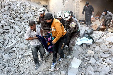 Helfer retten eine Person aus Trümmern in Aleppo