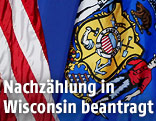 Die US-amerikanische Flagge hängt neben der Flagge des US-Bundesstaates Wisconsin
