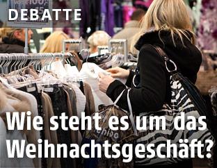 Frau beim Einkaufen von Kleidung