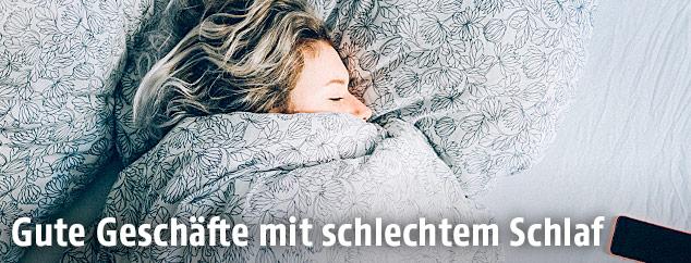 Schlafende Frau in einem Bett