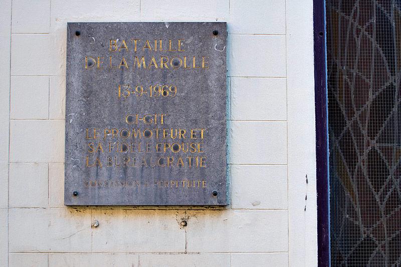 Steintafel an einer Hauswand mit dem Namen Bataille de la Marolle