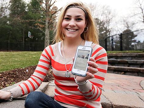 Frau mit Hinge-App