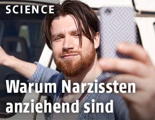 Mann nimmt Selfie auf