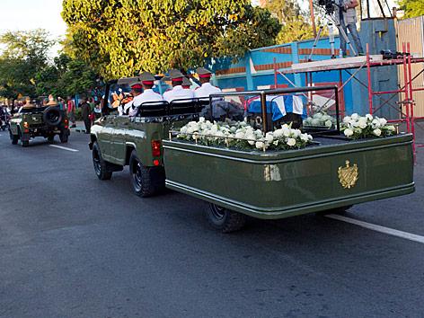 Ein Fahrzeug mit der Asche des verstorbenen kubanischen Revolutionsführers Fidel Castro fährt zur letzten Ruhestätte am Friedhof Santa Ifigenia