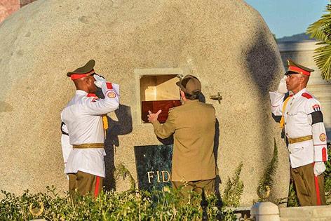 Der kubanische Präsident Raul Castro mit der Urne seines Bruders Fidel
