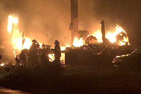 Feuerwehrmänner bei einem niedergebrannten Haus in Gatlinburg (US-Bundesstaat Tennessee)