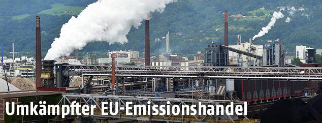Rauchende Fabriksschlote der voestalpine AG in Linz