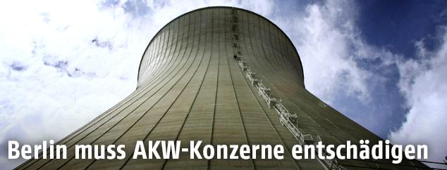 Aufnahme des Kühlturms B des AKWs Gundremmingen in Bayern